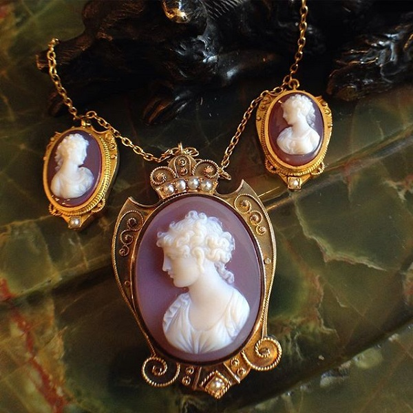 image-577796-Necklace_14kt_3_stone_cameo_975.jpg